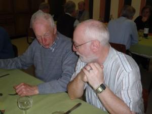 Paul Macken (links) in gesprek met medebroeder Paul Aerts. Copyright Damiaan Vandaag