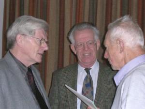 Paul Macken (rechts) in gesprek met medebroeders. COpyright Damiaan Vandaag