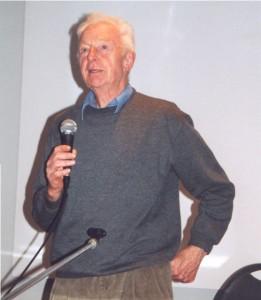 Paul Macken tijdens een lezing in het Damiaancentrum. Copyright Damiaan Vandaag