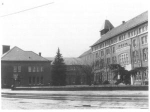Damiaaninstituut (rechts) met aangrenzend het klooster (links)
