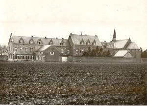 Geboortehuis en klooster ca. 1930 - copyright Damiaan Vandaag