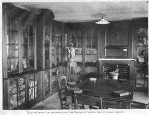 Vitrinekasten met voorwerpen Damiaan in geboortehuis ca. 1930 - copyright Damiaan Vandaag