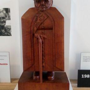 Replica van het Damiaanbeeld van Marisol Escobar